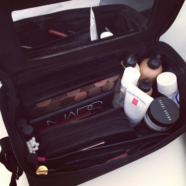 Hoy kit ligero para maquillar sólo a la novia ?. Es el Carry All de MAC y es muy cómodo y práctico para retoques o para maquillar a una sola clienta.