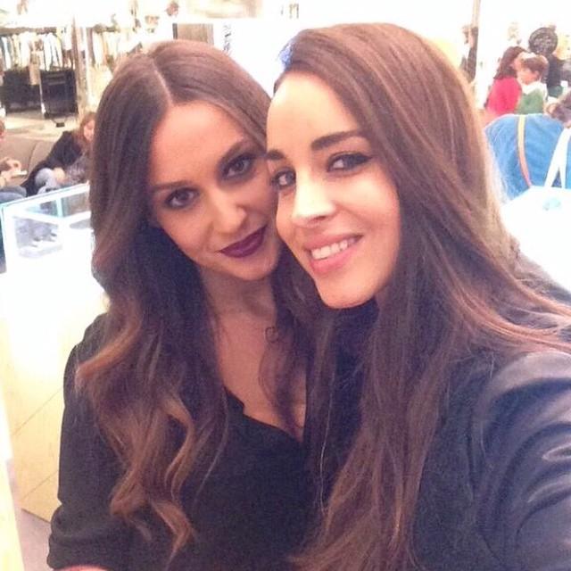 Con la bellísima @lovan21 en la inauguración de mi amiga @adelitaadelita_ ?